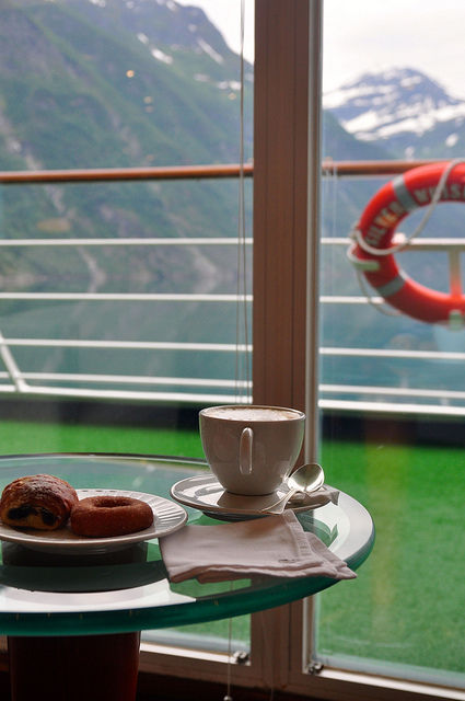清晨悠閒地在咖啡香中欣賞峽灣美景