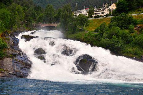 從海爾西特一上岸,便能看見小型的瀑布