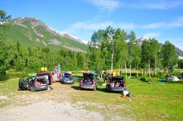草皮上停放了到此露營的遊客