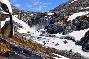 路邊積雪未融的石山