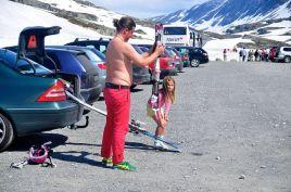 這身打扮,很難想像是來滑雪的吧!
