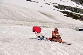 雪地上的比基尼女郎!