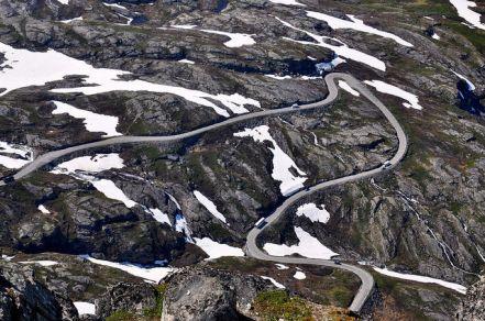 從山頂看上山所必經的彎延道路