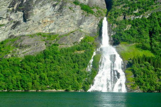 蓋倫格峽灣的瀑布
