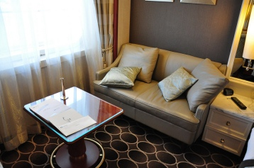 房內擺皮質的沙發椅,這倒是新鮮