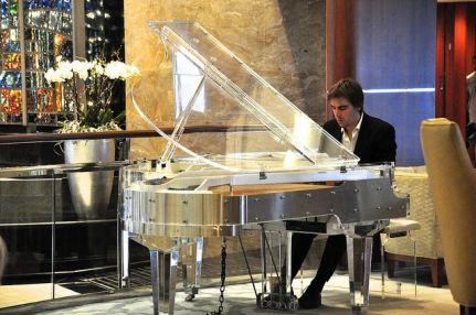 Lobby 的這台透明鋼琴相當吸睛