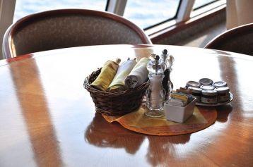 Lido 餐廳裏僅有矮桌,餐具則統一擺在竹籃裏