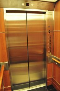 電梯似乎並未在裝修時換掉