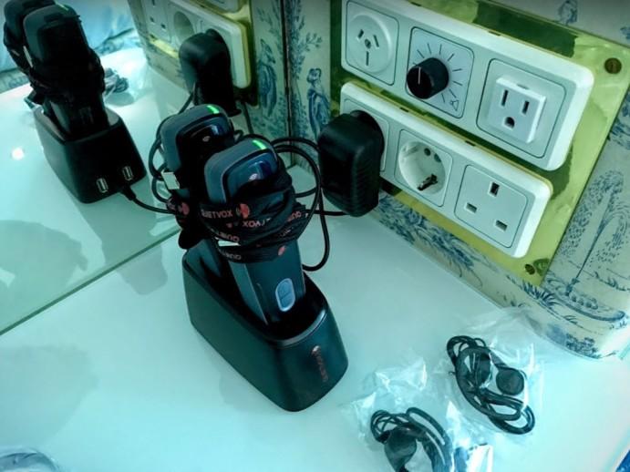最新款博物館等級的 Quitevox 導覽器 / 牆上只有一個 110V 插座