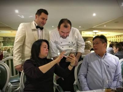 餐廳經理和大廚查看乘客的想吃的炒米粉該怎麼料理
